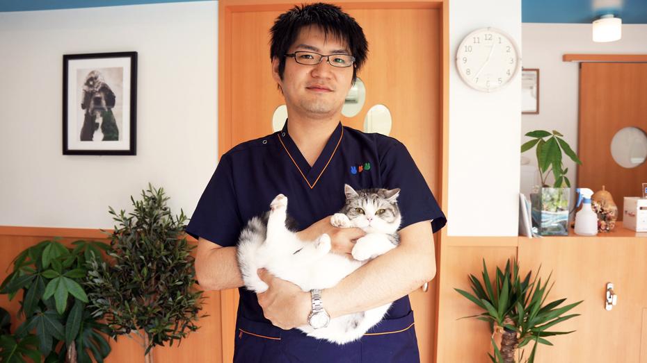 院長の櫻井先生とマンチカンのいちごちゃん